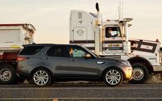Land Rover Discovery thể hiện sức mạnh, kéo siêu xe tải 121 tấn!