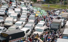 Xe kẹt cứng khi cưỡng chế dãy kiôt bờ tường sân bay Tân Sơn Nhất