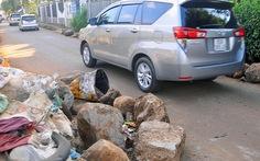 Dân tấn đá ngăn xe né trạm thu phí cán hư lề đường