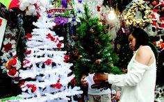 Bánh kem Noel 'trúng lớn', tiệc Giáng sinh hút khách