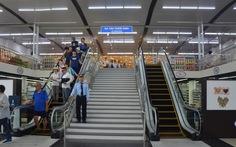 Khá đông khách du lịch chọn lối đi mới tại cảng Tuần Châu
