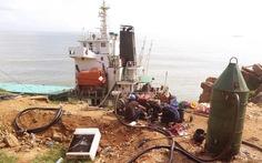 Gấp rút hút dầu, trục vớt hàng trong tàu chìm ở biển Quy Nhơn