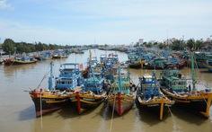 Ngư dân Ninh Thuận chạy nước rút tránh bão, TP.HCM cấm biển