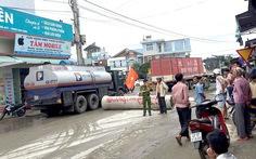 Xe tải phá nát đường, dân lăn đường ống ngăn chặn