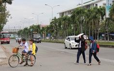 Xe lớn phóng nhanh vượt ẩu trong đường nội bộ khu dân cư