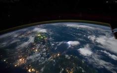 Clip cảnh sấm chớp nhìn từ không gian
