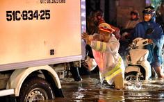 CSGT xuống đường giúp dân đi lại khi ngập nước