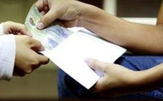 Bắt quả tang trung úy cảnh sát nhận hối lộ 50 triệu của tài xế