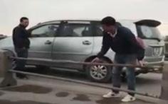 Chuyện khó tin: tài xế hè nhau tháo chắn cầu Thanh Trì để tránh bị phạt