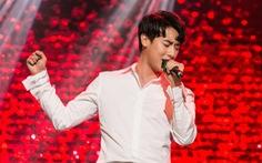 'Nam thần ngây thơ' Rocker Nguyễn đàn piano hát tiếng Anh