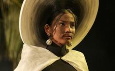 Trương Thị May làm bà lái đò trên sàn diễn thời trang Hội An