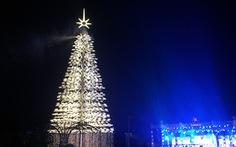 Cây thông cao nhất Việt Nam bừng sáng dịp Noel