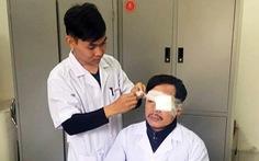 Cấp cứu người bị tai nạn, một bác sĩ bị đánh gãy sống mũi