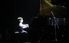 Người Huế đội mưa lạnh xem 'thần đồng piano' Evan Le biểu diễn