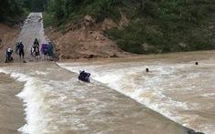 Liều lội qua cầu tràn, bốn người bị nước lũ cuốn