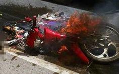Xe máy bốc cháy sau tai nạn, bé gái 3 tuổi tử vong