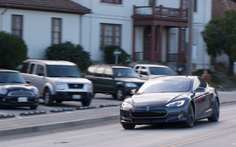 Tesla nâng cấp xe hỗ trợ khách hàng giữa bão Irma