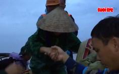 Khẩn cấp cứu 131 công nhân mắc kẹt, đói lả giữa sông Thu Bồn