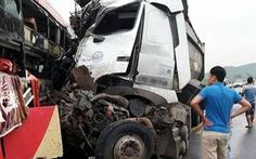 Xe khách, xe tải đấu đầu trên đường cao tốc, 8 người bị thương