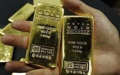 Giá vàng thế giới rơi khỏi đỉnh 1 năm