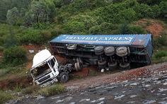Xe container rơi xuống đèo Lý Hòa
