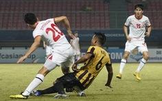 Cầu thủ U-19 Malaysia khiến đồng nghiệp gãy gập chân