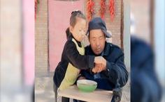 Chăm sóc cha tật nguyền, cháu bé 6 tuổi vẫn kiếm được hơn 4.000 NDT mỗi tháng