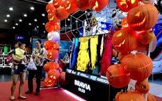 Halloween sôi động săn hàng giảm giá, chụp hình thả ga