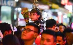 Cõng trẻ em, tránh đám đông nườm nượp chơi Halloween ở phố Tây Bùi Viện