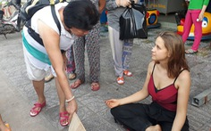 Nữ du khách Nga ngồi thiền xin tiền ở Phú Quốc nói mình bị cướp