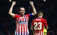 'Nén đau', Godin ghi bàn thắng vàng cho Atletico Madrid