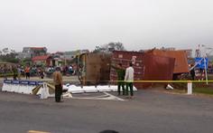 Xe container lật ngang đè xe máy ở Hà Nội, 2 mẹ con tử vong