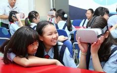 Học sinh học cách thoát hiểm trong phòng thực tế ảo