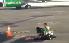 Người phụ nữ chạy theo máy bay ở Bali vì ra cửa khởi hành trễ