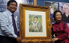 Xem tranh tại triển lãm Lê Thị Lựu - Ấn tượng hoàng hôn