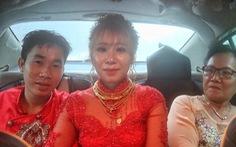 Cô dâu chú rể vẫn bám trụ từ sáng đến chiều ở phà Bình Khánh