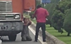 Làm rõ clip tài xế dùng đao dọa, buộc một tài xế khác quỳ lạy