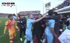 Iniesta và Podolski 'dính' vào cuộc ẩu đả dữ dội ở J1 League