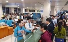Hành khách trải áo mưa ngủ qua đêm chờ bay ở Tân Sơn Nhất