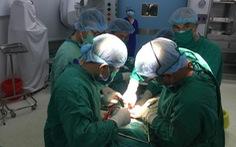 Bác sĩ 'câu' người bệnh ra ngoài phẫu thuật