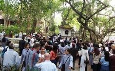Người dân đến chùa Từ Hiếu chờ gặp thiền sư Thích Nhất Hạnh