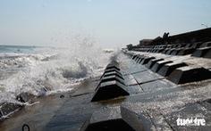 Bêtông đúc 3 tấn gia cố kè biển Cửa Đại trước mùa bão