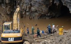 Dùng 7 máy xúc khoét núi cứu 2 công nhân mắc kẹt trong hang Cột Cờ