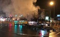 Xe tải bốc cháy ngay trạm thu phí BOT Bắc Bình Định