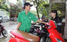 Ấm lòng chuyện sửa xe ngập nước miễn phí ở Đà Nẵng