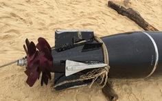 Video: Cận cảnh ngư lôi nước ngoài trôi dạt vào bờ biển Phú Yên