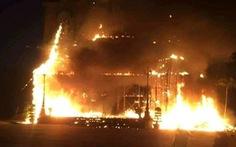 'Hang đá' cao 20m bằng khung tre cháy rụi trước Giáng sinh