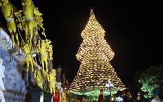 Hang động dài 200m, cây thông Noel làm từ 1.200 nón lá
