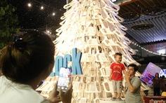 Cây thông cao 8m làm bằng ghế nhựa ở Thảo cầm viên