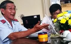 'Vừa hút thuốc vừa từ chối đơn công dân': xử lý nghiêm!
